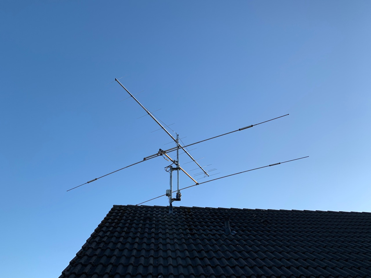 Figure 1: My 11el Yagi antenna for 144MHz on top of a 2el Tribander for HF (FB-23)